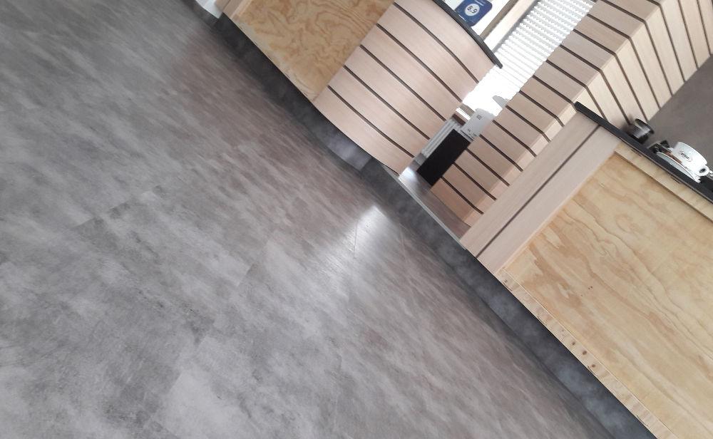 pavimento-lvt-luoghipubblici_1 [©SWING] aria-label=
