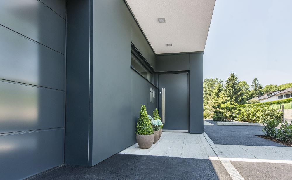 porta-blindata-ingresso-Internorm-alluminio-insertoluce-modello-AT410_1 [©INTERNORM] aria-label=