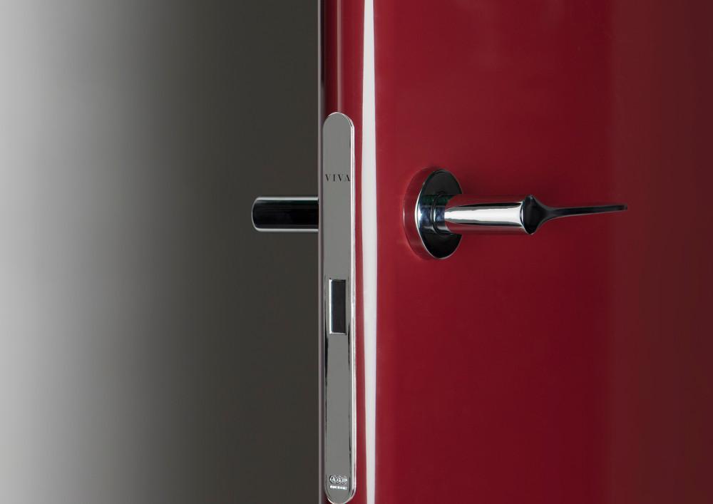 porta-interna-VivaPorte-dettaglio-serratura-modello-BreraBordeau_1 [©VIVA] aria-label=