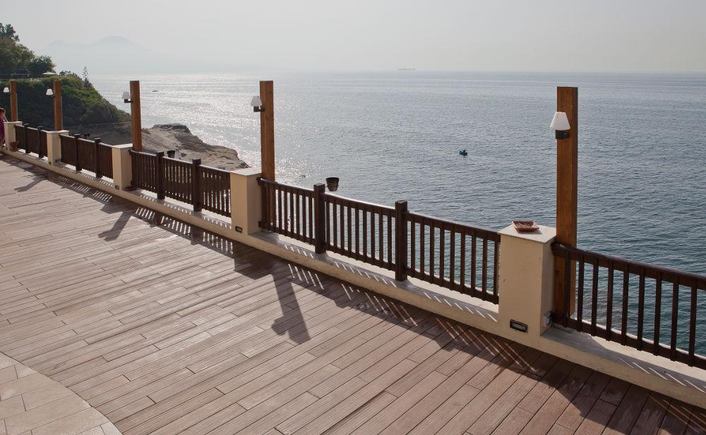 pavimento-legno-esterno-passeggiata-mare [©GREENWOOD] aria-label=