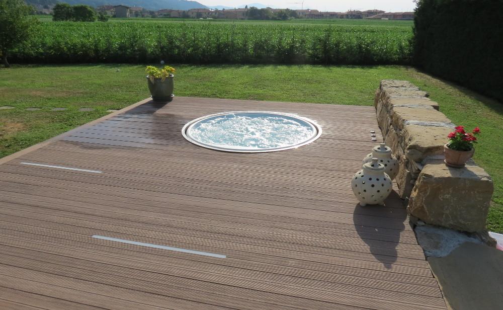 pavimento-legno-esterno-teak-acqua-bordovasca-idromassaggio [©GREENWOOD] aria-label=